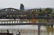 橋と車とバイクと船と