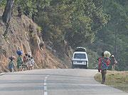 山道を行く人々