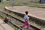 線路と子ども