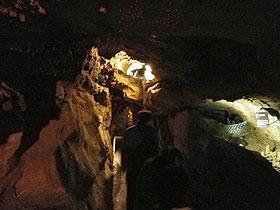 洞窟内部進む